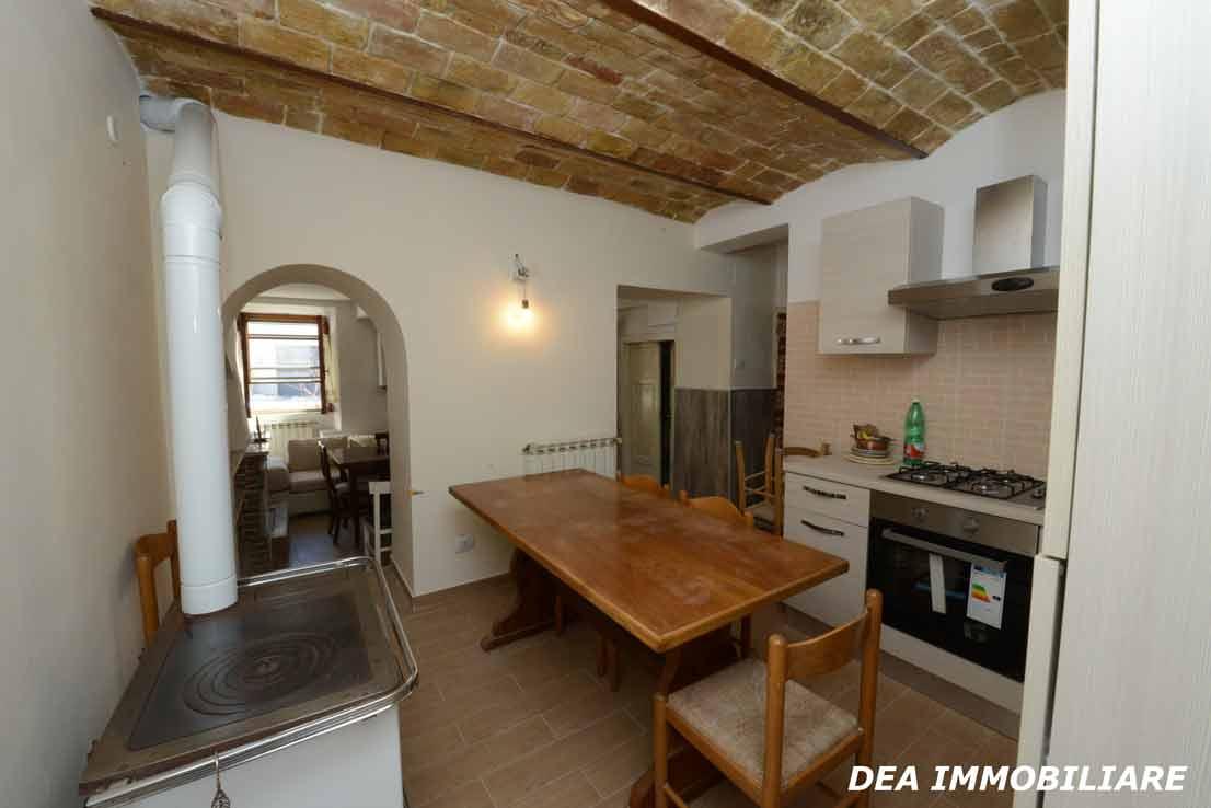 Ovindoli-Casa-indipendente-ristrutturata-in-vendita-cucina-con-angolo-cottura