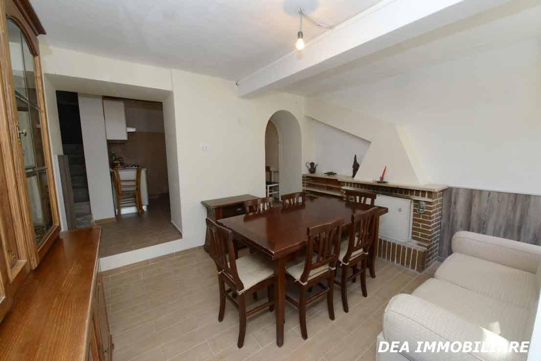 Ovindoli-Casa-indipendente-ristrutturata-in-vendita-soggiorno-con-camino