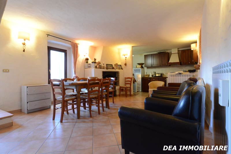 Ovindoli-centro-storico-casa-soggiorno-con-angolo-cottura