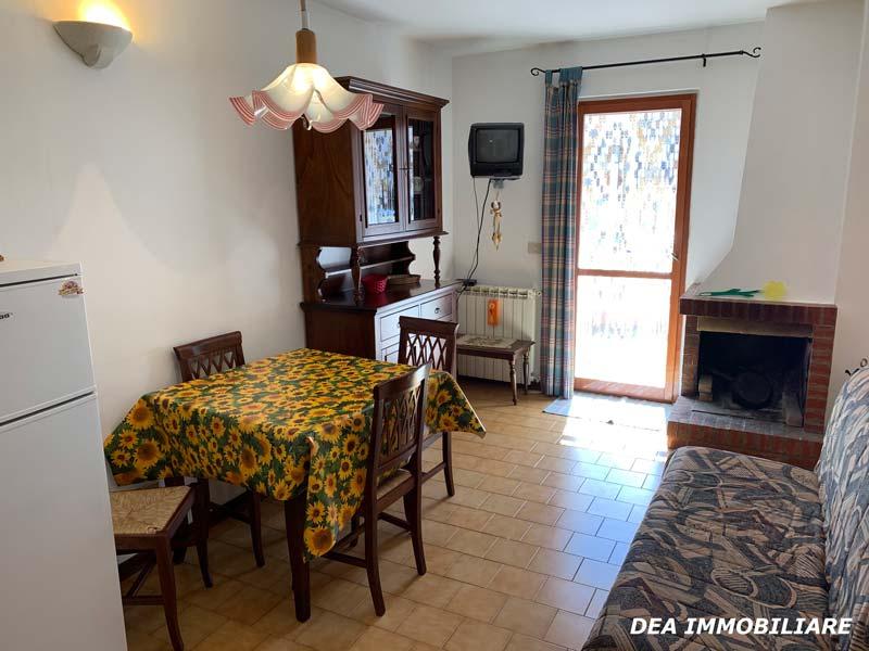 Soggiorno-con-camino-appartamento-piano-terra-via-del-Ceraso