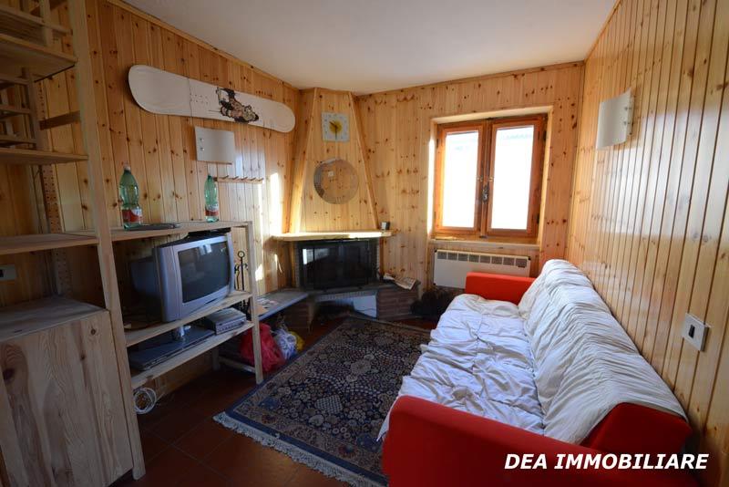 Soggiorno-con-camino-appartamento-trilocale-residence-le-marmotte