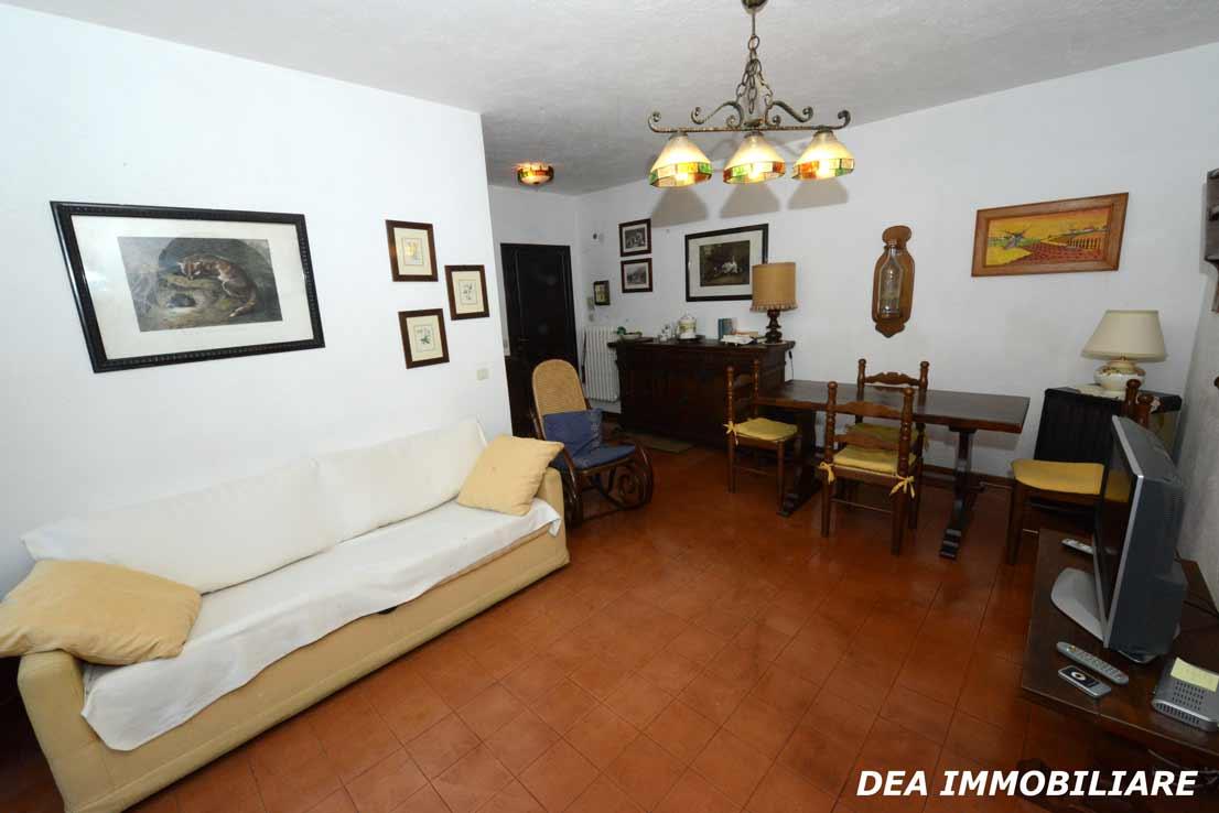 Soggiorno-con-camino-appartamento-primo-piano-residence-il-roccione-ovindoli