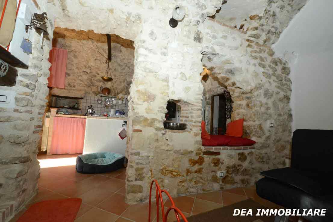 santa-iona-casa-indipendente-soggiorno-con-vista-cucina